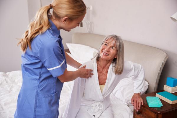 Como um profissional de enfermagem pode proceder em banhos no leito. Técnicas, cuidados e humanização com pessoas acamadas.